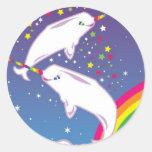 Narwhals y arco iris etiquetas redondas
