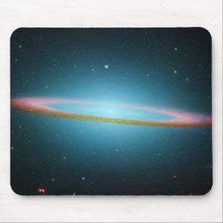 NASA - La galaxia del sombrero en la luz infrarroj Tapetes De Raton