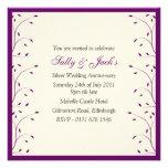 Nata y invitación púrpura de la fiesta de aniversa