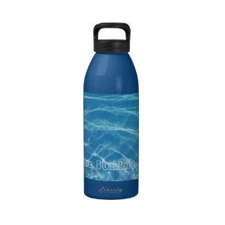 Natación acuática azul fresca clara del agua de la botellas de beber