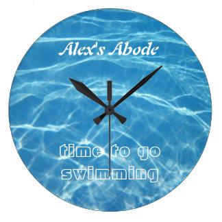 Natación acuática azul fresca clara del agua de la reloj