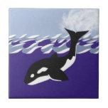 Natación de la ballena en el océano azulejo