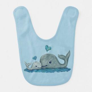 Natación de la mamá y del bebé de la ballena en el baberos para bebé
