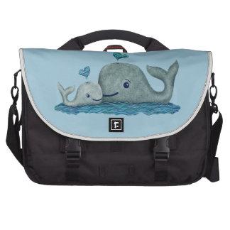 Natación de la mamá y del bebé de la ballena en el bolsas para portatil