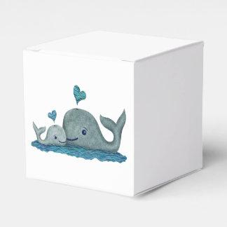 Natación de la mamá y del bebé de la ballena en el cajas para regalos