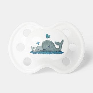 Natación de la mamá y del bebé de la ballena en el chupetes de bebé