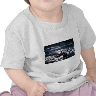 Natación de la nutria de mar camisetas