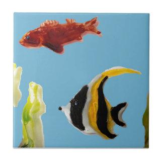 Natación del arte de los pescados en el mar azulejo cuadrado pequeño