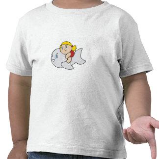 Natación del chica con el delfín camiseta
