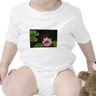 natación del koi alrededor del loto camiseta
