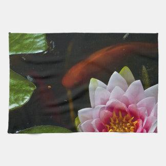 natación del koi alrededor del loto toallas de mano