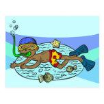 Natación del muchacho con los pescados postal