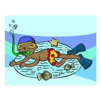 Natación del muchacho con los pescados tarjetas postales