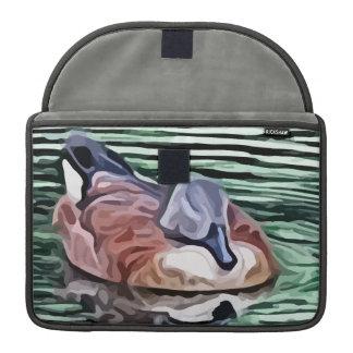 Natación del pato en la pintura del agua funda para macbooks