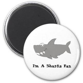 Natación del tiburón del dibujo animado imán redondo 5 cm
