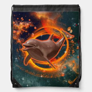 Natación divertida del delfín en el universo mochila