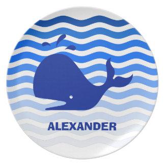 Natación feliz de la ballena azul en ondas azules platos de comidas
