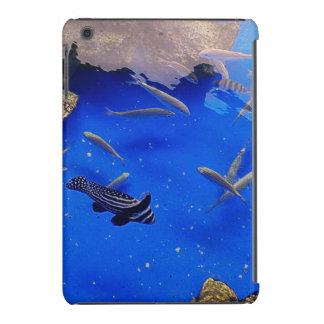 Natación subacuática de los clownfish del mundo en funda de iPad mini