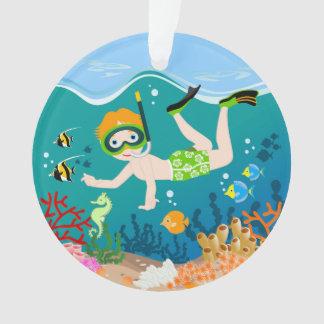 Natación y salto del muchacho con los pescados