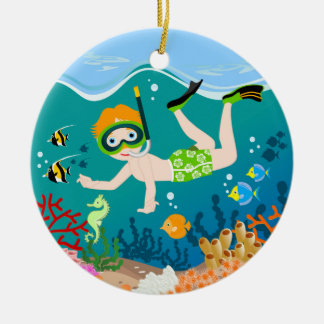 Natación y salto del muchacho con los pescados adorno navideño redondo de cerámica