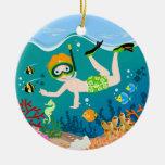 Natación y salto del muchacho con los pescados adorno redondo de cerámica