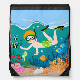 Natación y salto del muchacho con los pescados mochila