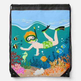 Natación y salto del muchacho con los pescados mochilas