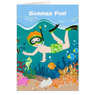 Natación y salto del muchacho con los pescados tarjeta pequeña
