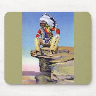 Nativo americano en el traje contrapesado en roca alfombrilla de ratones