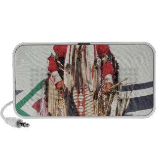 Nativo americano en ropa tradicional en portátil altavoz