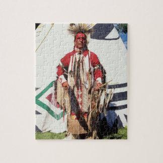 Nativo americano en ropa tradicional en rompecabeza