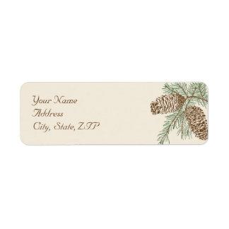 Naturaleza del cono del pino en el remite del boda etiqueta de remite