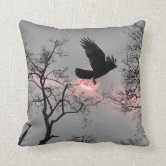 Naturaleza y cuervo almohada