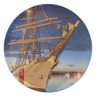 Nave alta de USCG en el puerto de Halifax Nueva E Plato Para Fiesta