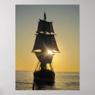Nave alta en el poster de la puesta del sol