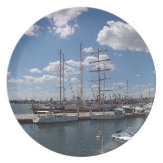 Nave alta en el puerto de Varna Plato