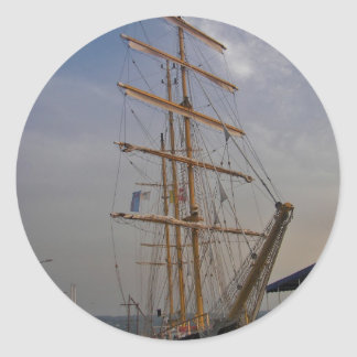Nave alta en Varna Pegatina Redonda