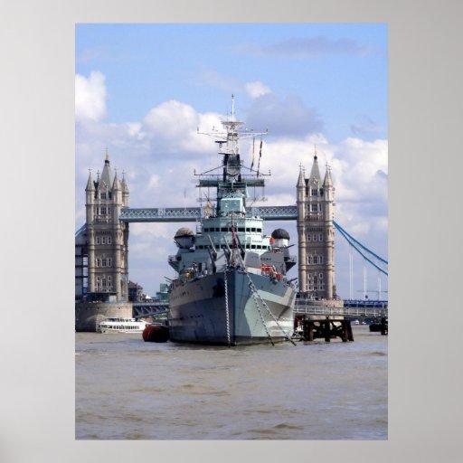 Nave de guerra en el Thames Posters