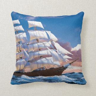 Nave de la fragata de la navegación del vintage en cojín