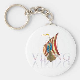 Nave de Viking que refleja en el agua misteriosa Llavero Personalizado