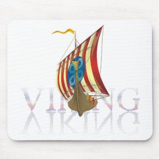 Nave de Viking que refleja en el agua misteriosa Tapete De Ratones