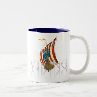 Nave de Viking que refleja en el agua misteriosa Taza De Café