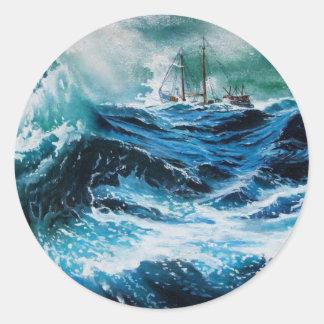 Nave en el mar en tormenta etiqueta redonda