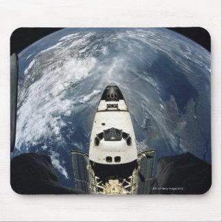 Nave espacial que está en órbita tapetes de ratón