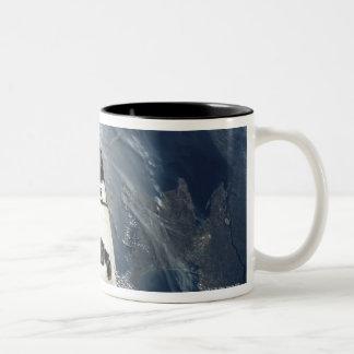 Nave espacial que está en órbita tazas de café