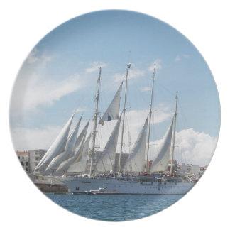 Navegación alta de la nave fuera del puerto plato para fiesta