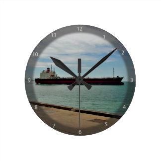 Navegación de la nave del carguero en el mar reloj redondo mediano