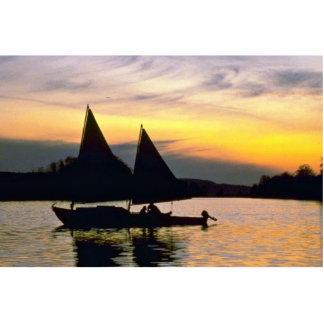 Navegación del barco en el lago esculturas fotograficas