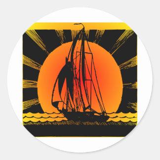 Navegación del velero en la puesta del sol pegatina redonda