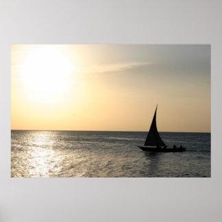 Navegación en la puesta del sol póster